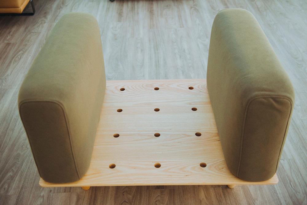 靠垫有两种规格,尺寸经过缜密计算,组合时不用担心错置。 -