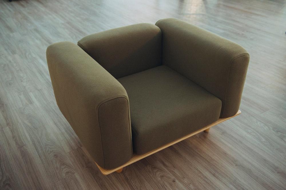 单人座主人椅。