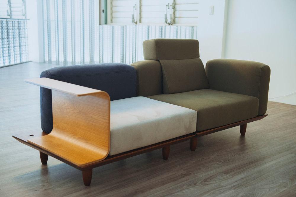 沙发排列方式多样,沙发布也有色彩和材质上的选择。
