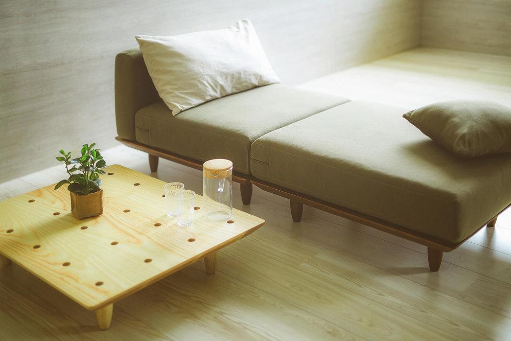 单人床和矮茶几也是组装选项。
