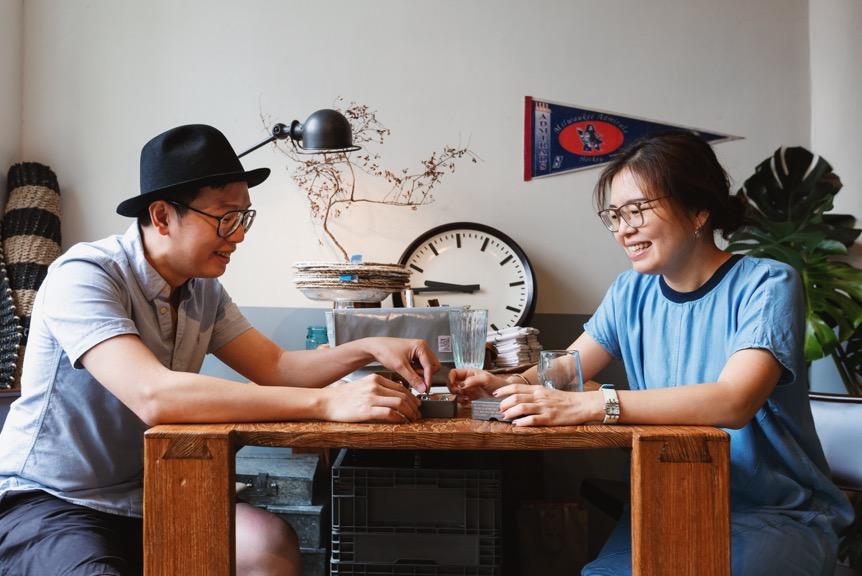 """""""做自己喜欢的事情,就不会后悔。"""" - Shibo(左)与Small(右)运用对产品材质的熟悉,并结合传统手作技艺,陆续开发出近千款系列生活用品。"""
