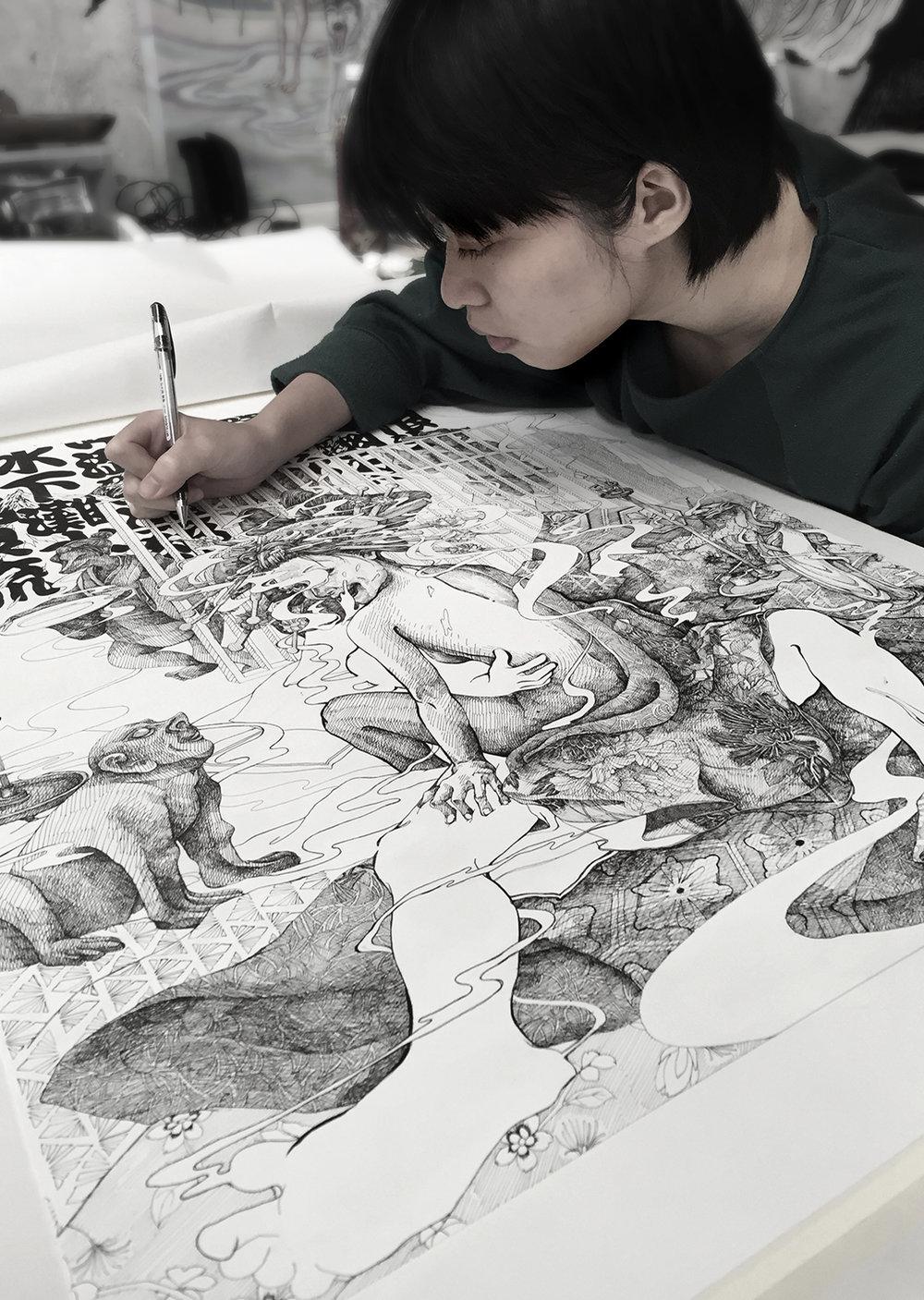 热爱画画的Yashin,习惯面对巨大的纸张,把脑海中的画面一笔不漏地勾勒出来,精密而准确如电绘一般!