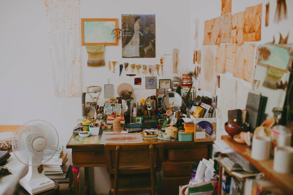 工作室墙面满是铁锈染和植物染的实验切片。