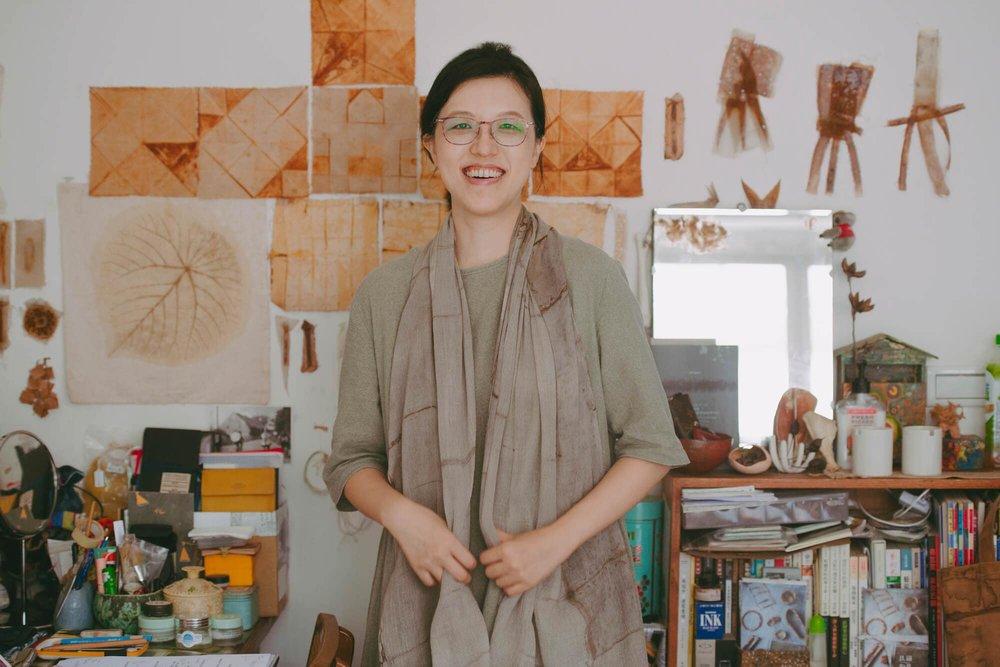 结合铁锈染和植物染的手织围巾穿戴上身。