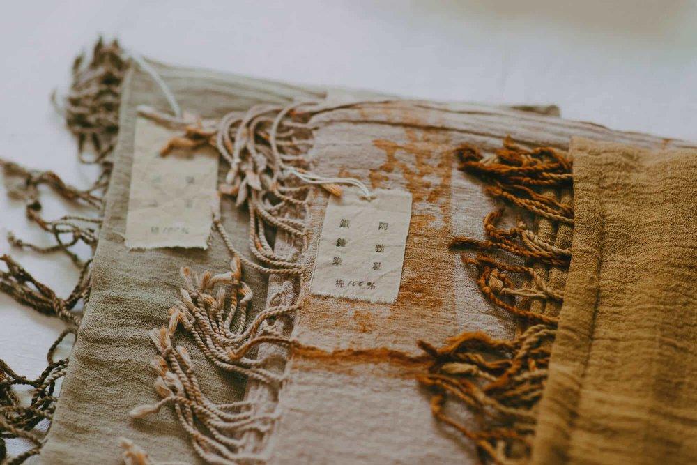 手作品的布标上的字样也是一一用铅字盖印。