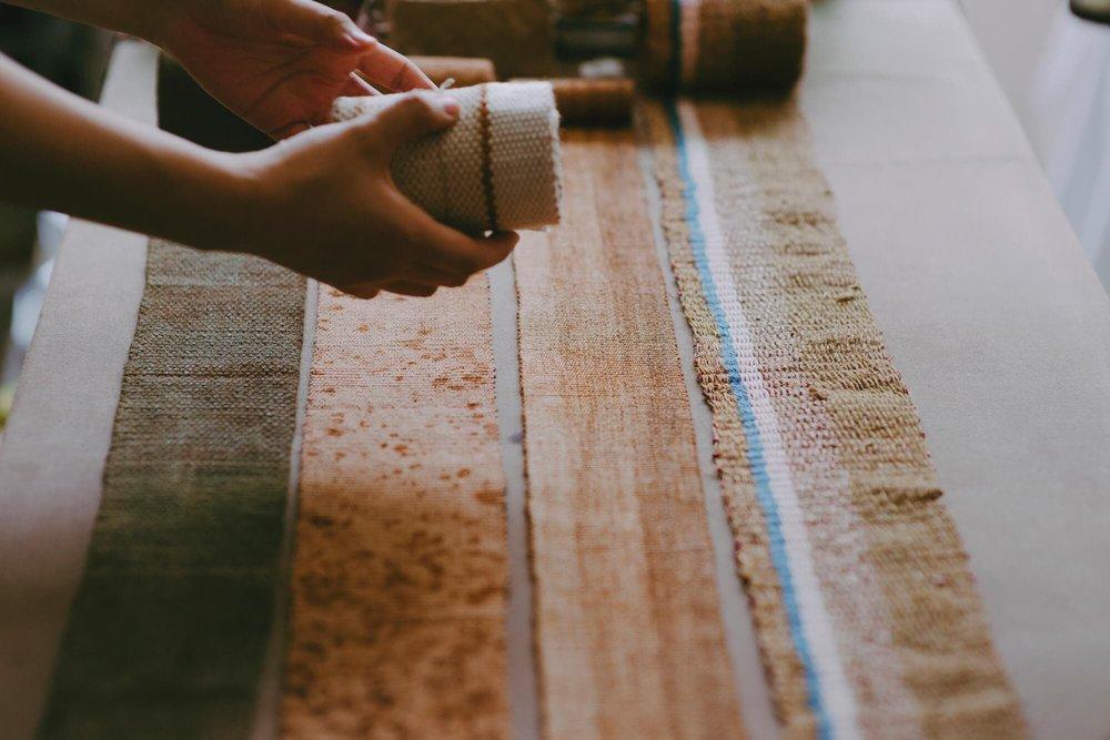 铁锈织线搭配不同粗细和个性的植物纤维做为经纬。