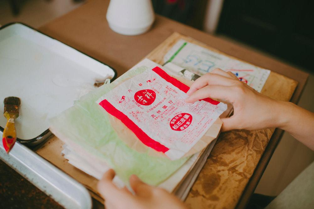 每每遇到日常生活里会出现的包装薄纸,都会聚集起来。