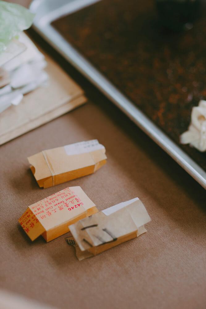 上完蜂蜡的薄纸变得坚韧,让包装纸被转化后,得以延续使用。
