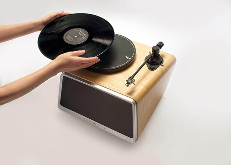黑胶最大的优势在于,它能忠实还原音乐的本质、令人情不自禁地专注于聆听:一位歌手用什么情绪诠释一首歌?一张唱片从封面、配器到收音,有哪些关联巧思蕴藏其中?