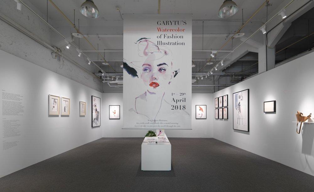 今年于华山举办展览,Gary Tu也秉持一贯的态度,亲自监督画作的吊挂方式以及墙面的颜色和各种细节。