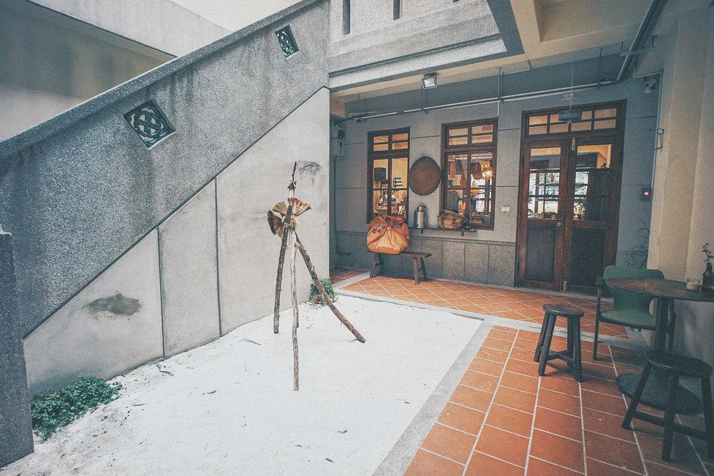 """""""地衣荒物 Earthing Way""""位在台北大稻埕的历史街屋,有老式的中庭天井。"""