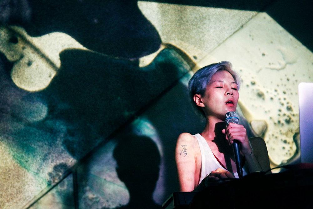 """在中庭天井,不定期的举办展览、艺文活动以及工作坊讲座。图为歌手阎韦伶于""""地变之夜""""活动演出。"""