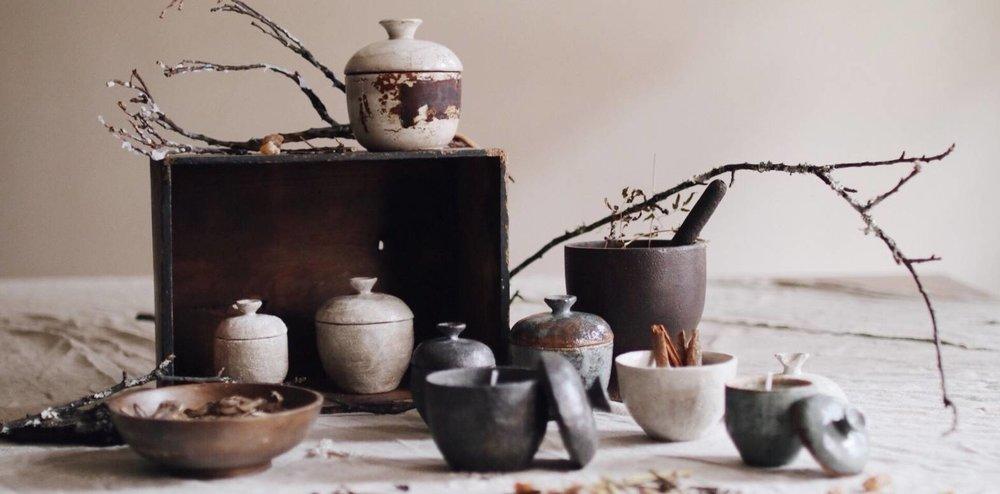 汇聚了台湾、日本多种质朴的工艺品,如香氛柴烧、锻敲铜器、插画陶盘等。图片来源:地衣荒物。