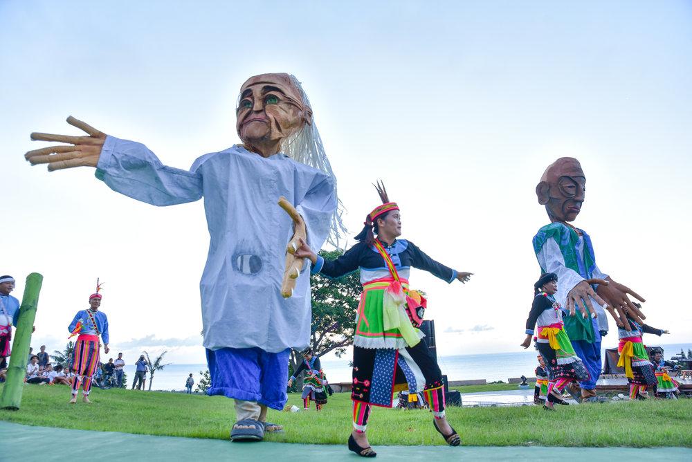 东海岸大地艺术节沿着台湾东海岸各地举办的艺术活动,内容包括邀请国内外艺术家驻地创作大型户外作品,图为艺术家丹尼尔《海洋长者》之作品。