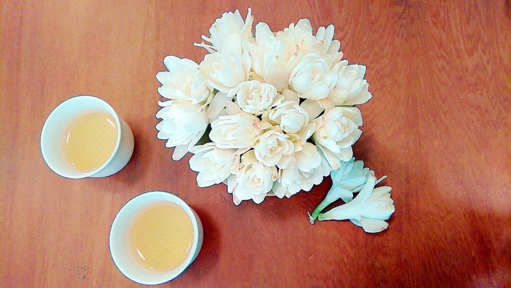 窨制花茶的制作费时,入口清香甘甜,与西式花草茶以干燥花为主体的风味截然不同。