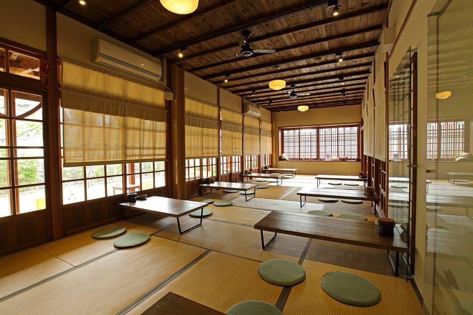 保留原有的日式建筑风格,坐在屋内闻得到木头淡淡香气,体会台湾茶的美好,身心也跟着放松。