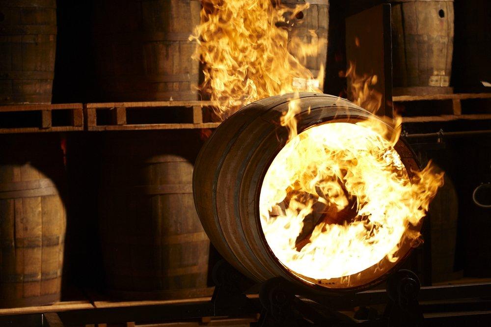 噶瑪蘭酒廠獨特的燒烤桶技術.jpg