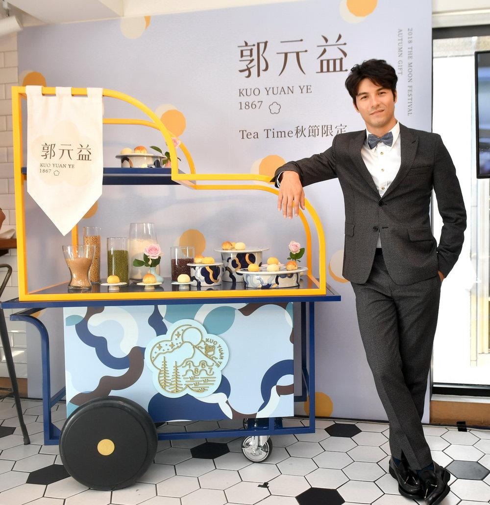 """郭元益与台湾设计品牌""""只是zishi""""合作的时尚午茶车 ,巡回大台北人文景点与巷弄,重现百年前品牌创始人用一根扁担走遍街头巷尾的精神。"""