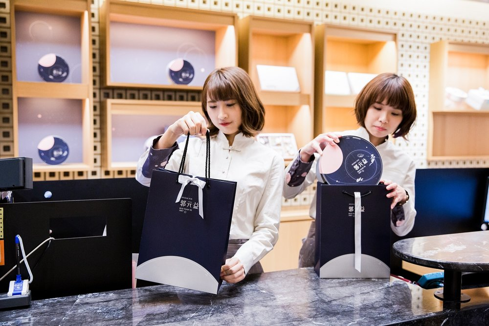 APUJAN為郭元益打造全新制服,包含襯衫刺繡,主題印花包釦與專屬緹花布料圍裙.jpg