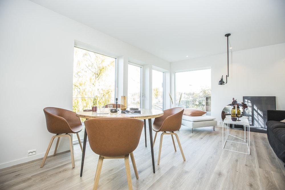 Lys og moderne stue  - Store glassflater gir rommet store mengder med naturlig dagslys.