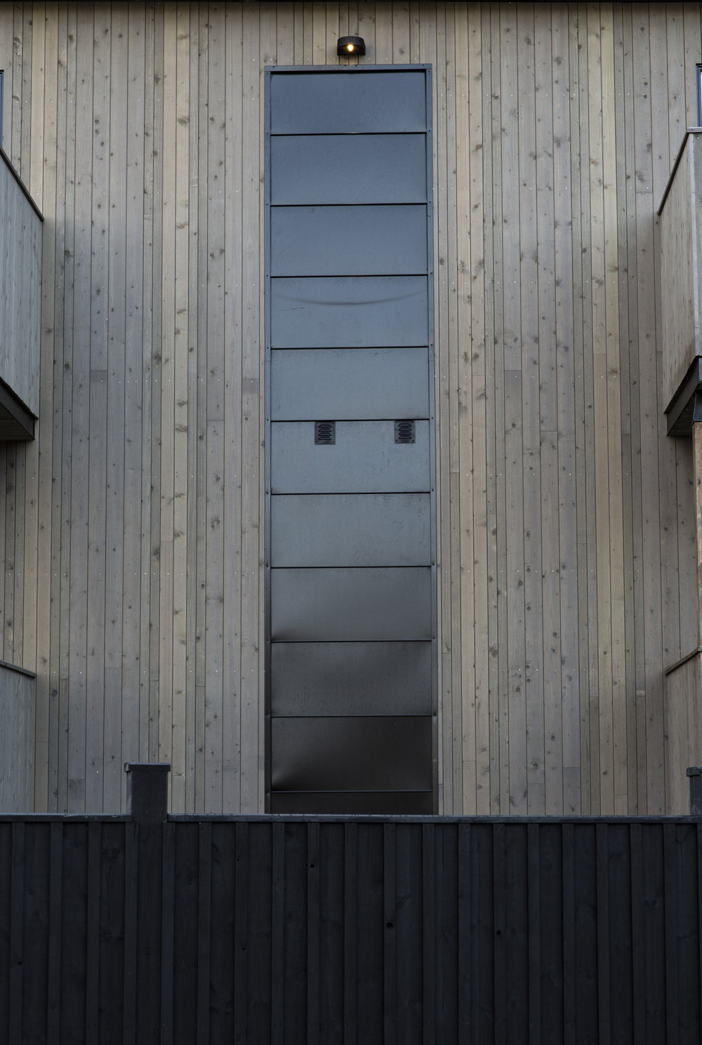 Fasadedetalj  - Blikk møter gjennomimpregnert gran