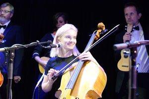 Grace Chatto plays the Cello