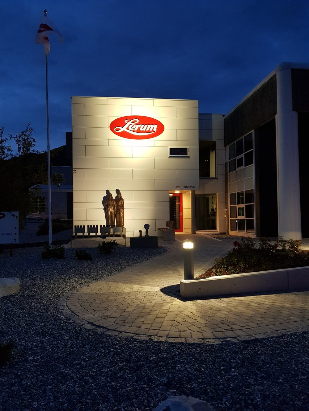 Velkommen til fabrikken vår på Kaupanger - For å møte krav til kapasitet og kvalitet bygde Lerum i 1993 eit framtidsretta anlegg for produksjon og tapping av drikkevarer. Fabrikken er tilrettelagt for omvising.Ta kontakt for omvising!