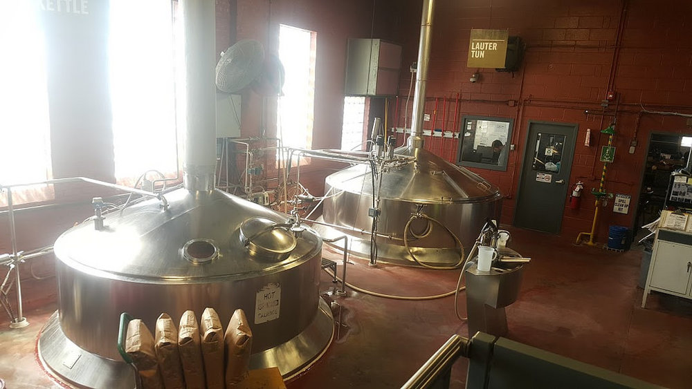 Figura 1.    Paila de cocción (izq.) y Lauter Tun (der.) de la cervecería Goose Island (Fulton) en Chicago, IL.