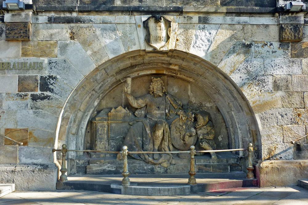 El Rey Gambrinus inmortalizado en Dresden, afuera de la cervecería Waldschlöesschen. Fotografía de   SchiDD   .