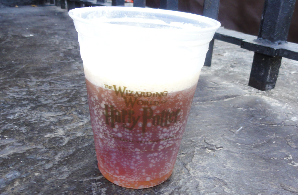 Figura 1 -  Cerveza de Mantequilla en The Wizarding World of Harry Potter. Personalmente no he probado esta cerveza, pero he probado una que otra que se le pudiera asemejar por los elevados niveles de diacetilo.