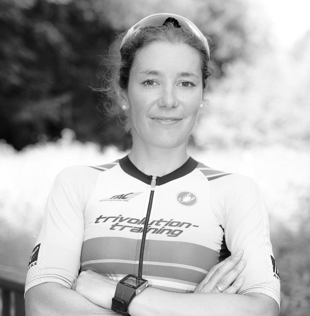 Eva Buchholz || Co-Host - Eva hat ihre wurzeln im radsport (mtb/cross). nach dem umstieg zum triathlon war ihr grösster erfolg im elitebereich der deutsche meistertitel auf der mitteldistanz.aufgrund langjähriger verletzungen musste sie jedoch den leistungssport aufgeben.inzwischen ist sie eine gestandene altersklassen Athletin. ihr highlight im langdistanz triathlon war bisher der start beim ironman hawaii 2017.Eva ist die erste meisterin der zwift nationals überhaupt. generell ist sie in virtuellen radrennen sehr aktiv und startet regelmässig beim cvr world cup.