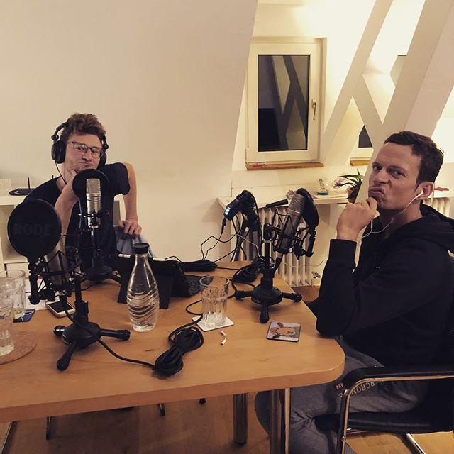 Verletzungen können einen die Karriere kosten! Nicht jedoch wenn man @franzloeschke heißt: Franz legt eine, für den Newcomer Award nominierte, Low Budget Saison auf das Parkett. Also schnappen wir uns die Blackroll und rollen zusammen durch die Ironman Wechselzonen!  Mit dabei natürlich wieder @matthiasknossalla @ als Special Intro Guest @evacatherinebuchholz  Auf bewegungsarten.com, iTunes, Spotify & SoundCloud  #podcast #triathlon #newepisode #bewegungsarten #ironman #blackrollaction