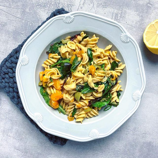 This gluten-free pasta is one of the best, ever! More tender and light than other chewy gluten-free pastas. It's by @cybelesfreetoeat and made with cauliflower, parsnips and lentils. And it's packed with 14g of protein per serving! Perfect for a #meatlessmonday or plant-based meal. We made it with nutritional yeast olive oil so it's cheesy 🧀🙌🏻 • THE DISH: pasta + tomatoes, olives, spinach + dressed with olive oil, lemon, nutritional yeast • #veganpasta #plantbased #glutenfreepasta #vegetarianrecipes #veganrecipe #offthebeetenplate