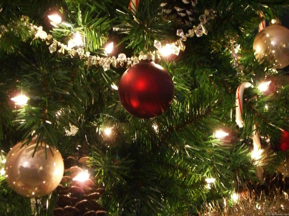 16-Christmas-wallpapers-free-christmas-balls-in-tree-wallpaper.jpg