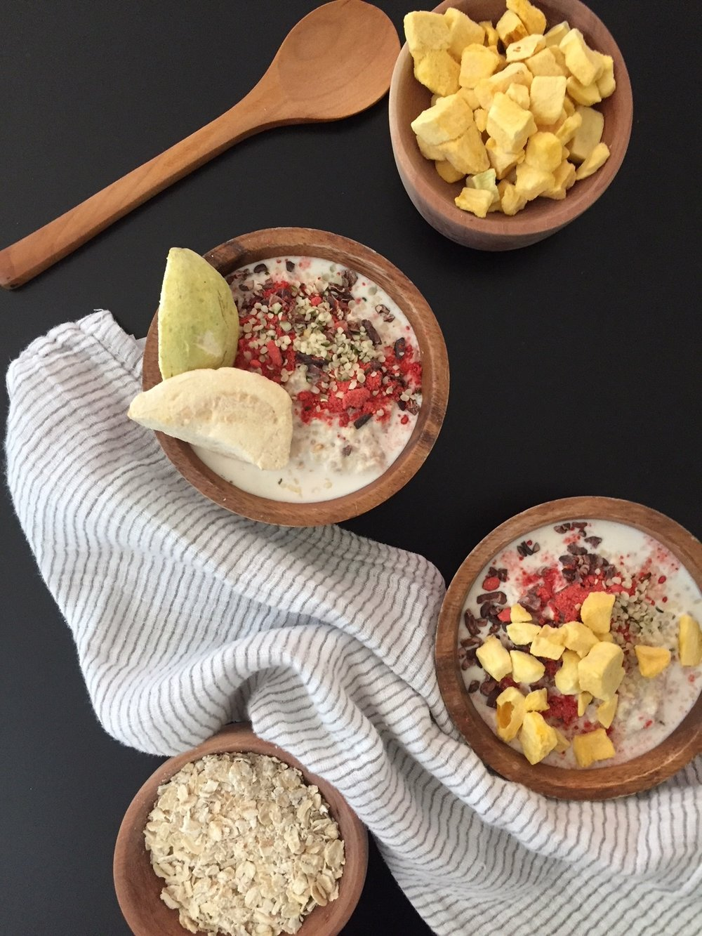 Over night oats con topping de guayaba y mango crujiente.