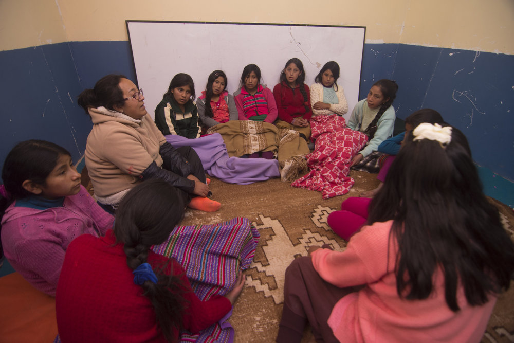 """Las niñas participan en el """"Circulo"""" con la tutora del albergue."""