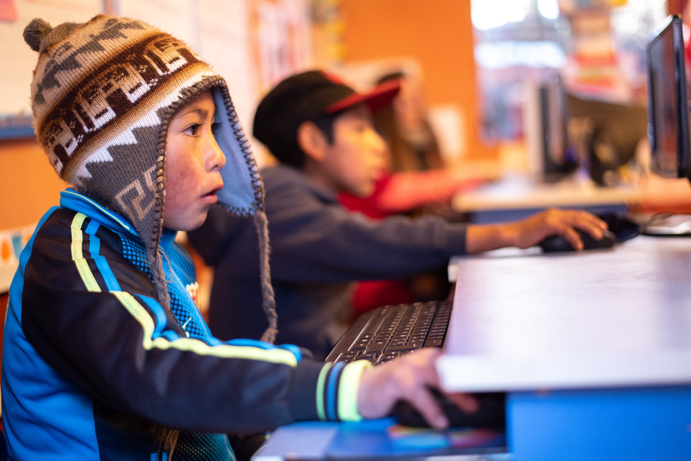 Los estudiantes de la escuela primaria de Tamborpuqio aprenden matemática con juegos educativos en la computadora.