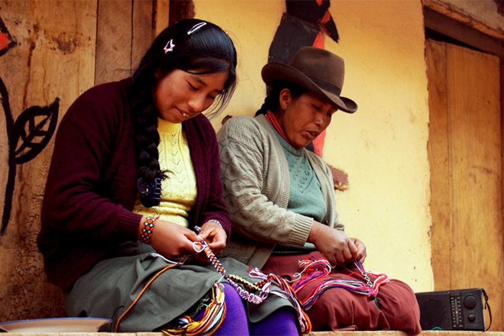 Roxana y su mamá haciendo pulseras.