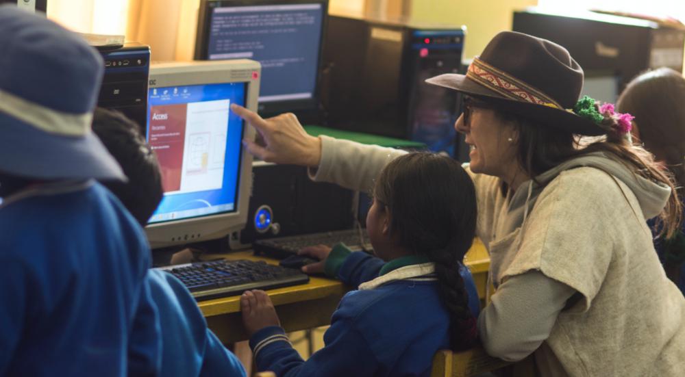 Pilarapoya a una estudiante Cusibamba en nuestra academia de TICS.