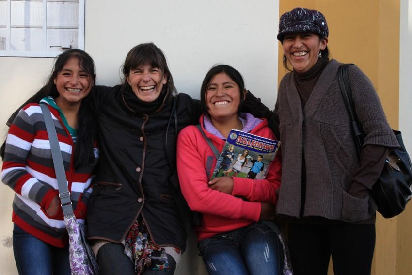 Marleni (al centro a la derecha) se toma unos de minutos de descanso de los estudios para juntarse con el equipo de Amantani.
