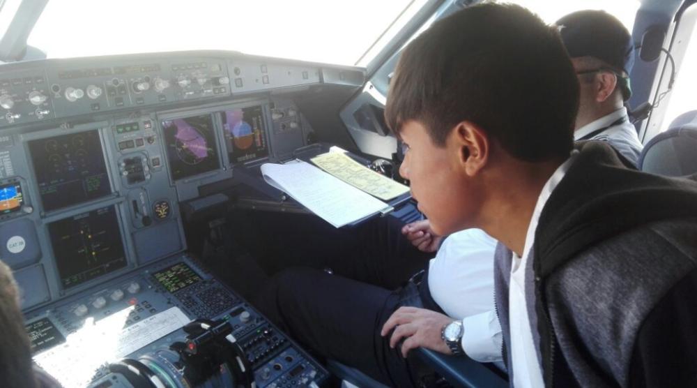 Eloy es invitado a la cabina del piloto.