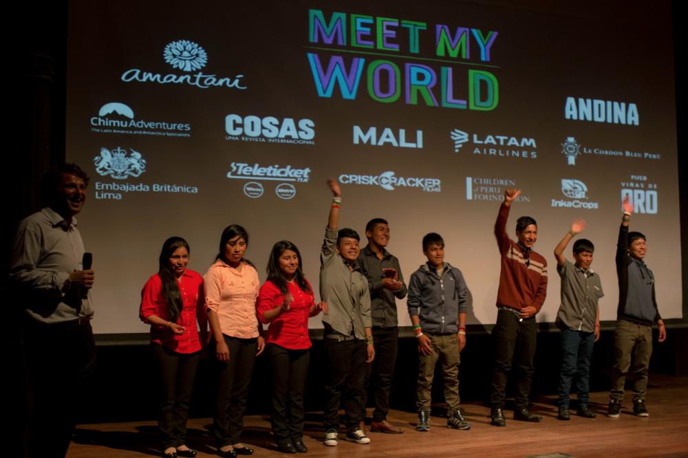 Los jóvenes toman el escenario durante el evento de Meet My World Lima.