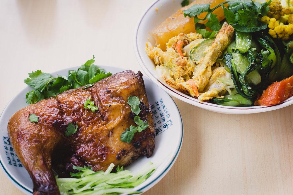 구운 양념 닭다리와 채소덮밥