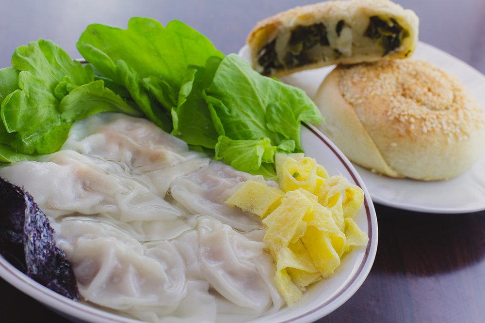 Dセット=ワンタンスープ+葱の中華風お焼き
