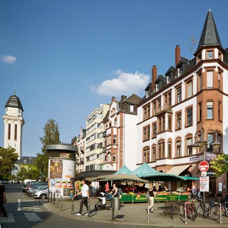 Direkt vor der Haustür - Bockenheim bietet seit jeher all das, was einen Stadtteil liebens- und lebenswert macht: Tradition und Urbanität, Kunst und Kultur, Gastronomie und Einzelhandel …