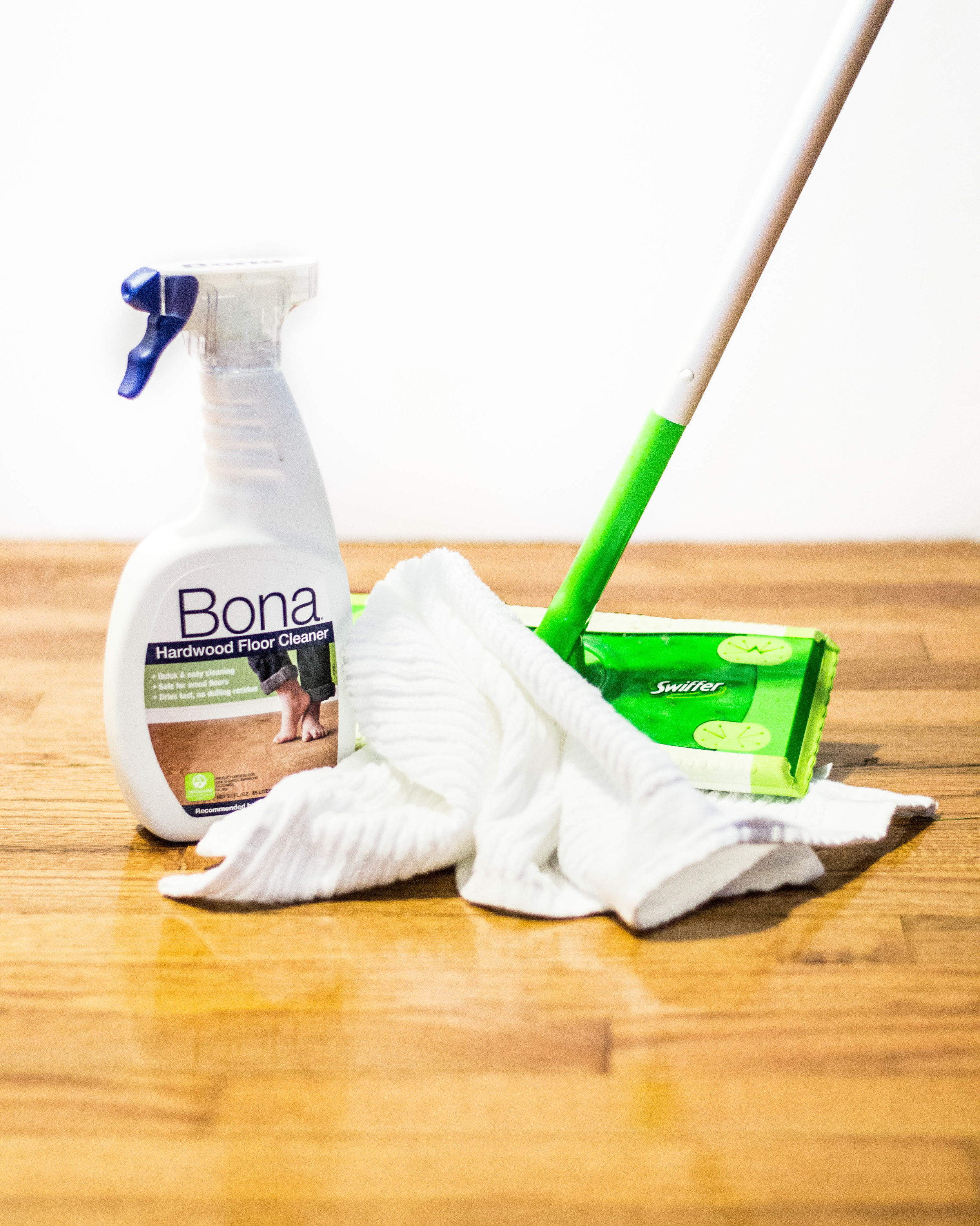 How to clean hardwood floor || Bona Hardwood Floor Cleaner & Swiffer Sweeper || by Hayley Fiser || thehayleyfiser.com
