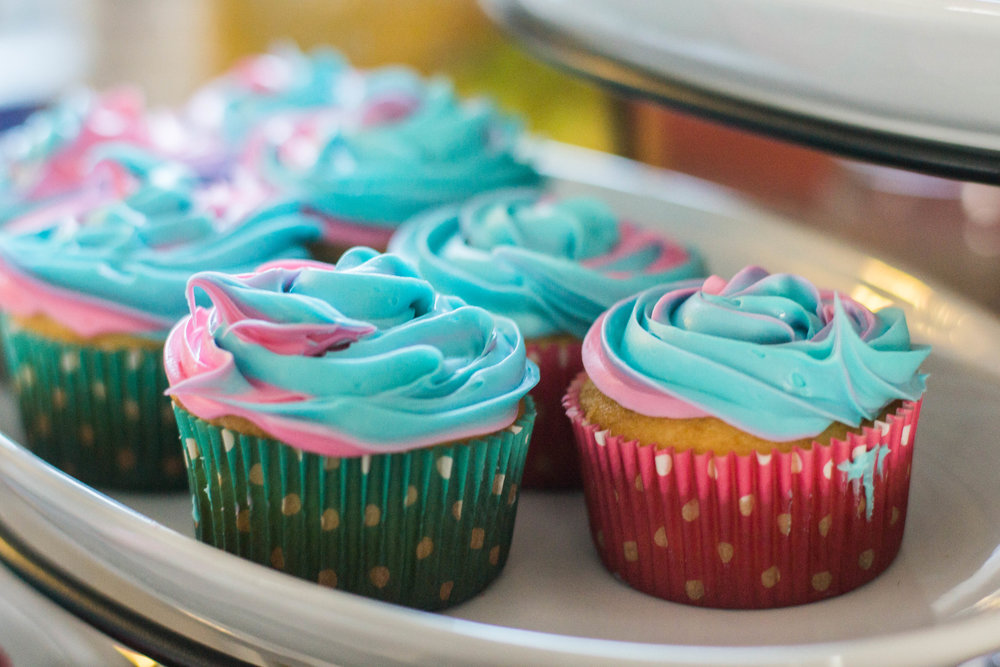 Baby Fiser Gender Reveal Decorations & Cupcakes