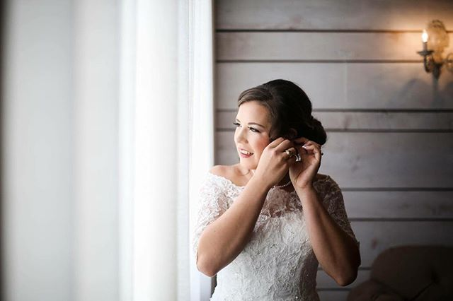 I love the final moments before you walk down the isle, the dress is on, Hair and makeup done, jewelry in place. You take a deep breathe in and look around at the family and friends who will walk with you down the isle to your love. These are the moments I live for. . . . . #theblessedbride #theblessedbridemua #bridal #bridalhair #bridalmakeup #beforeido #dfwhair #dfwmua #dfwweddings #dfwhairstylist #weddingday #weddingbells #weddingmakeup