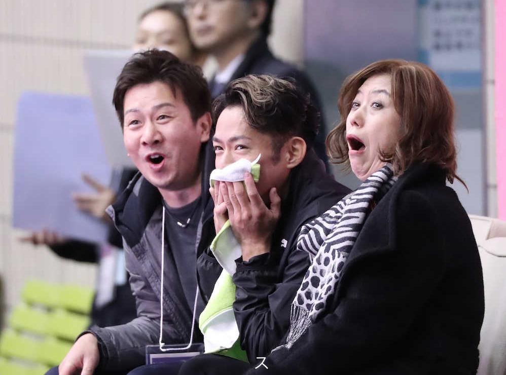Daisuke Takahashi, coach Utako Nagamitsu and Takeshi Honda react in the Kiss and Cry (   Photo credit: Sponichi   )