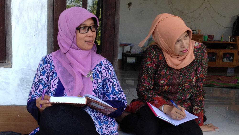Dr Eni Siti Rohaeni (BPTP-KalSel) and Dr Nuri Dewi Yanti (ULM) conducting a stakeholder interview at Pulau Sari village.